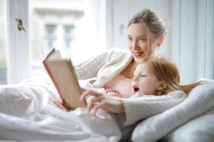 Garde d'enfant lisant une histoire