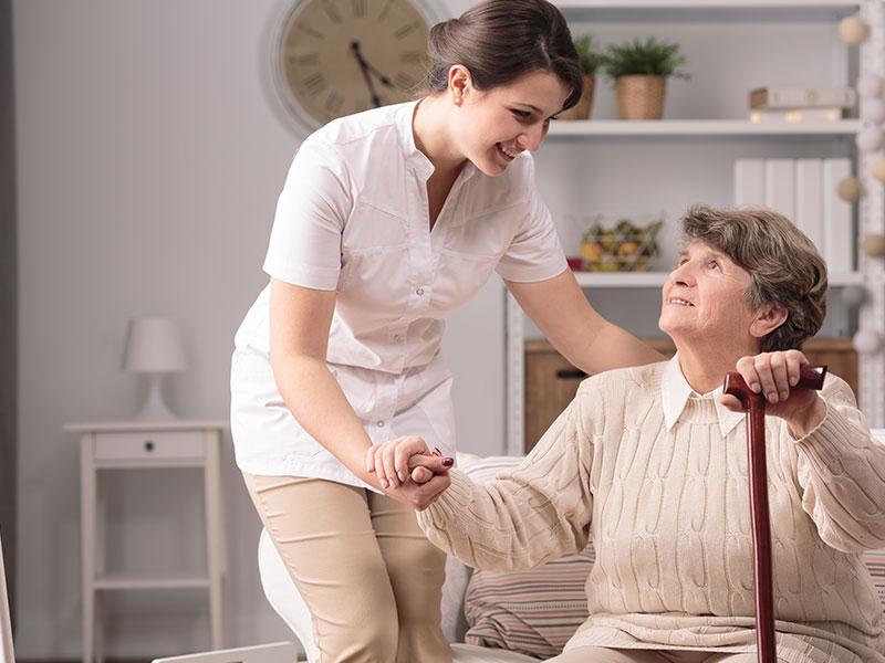 auxiliaire de vie aide à la personne âgée dans son quotidien