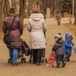 Garde d'enfants en promenade au parc
